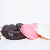 Palmeritas bañadas en chocolate negro, chocolate, blanco y fresa